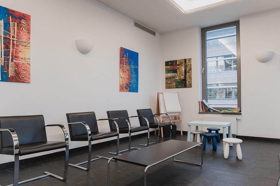 Wartezimmer Praxisklinik für Chirurgie und Implantate Pforzheim